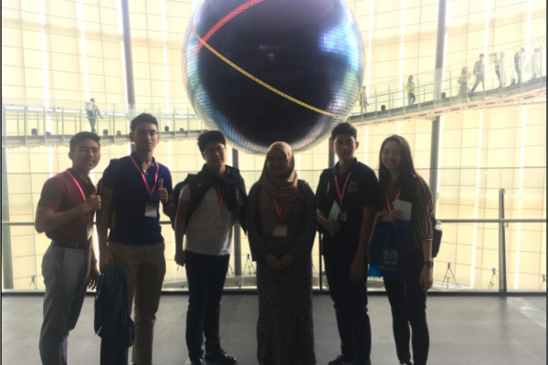 Taking a picture with the Geo-Cosmos, the symbol exhibit of Miraikan